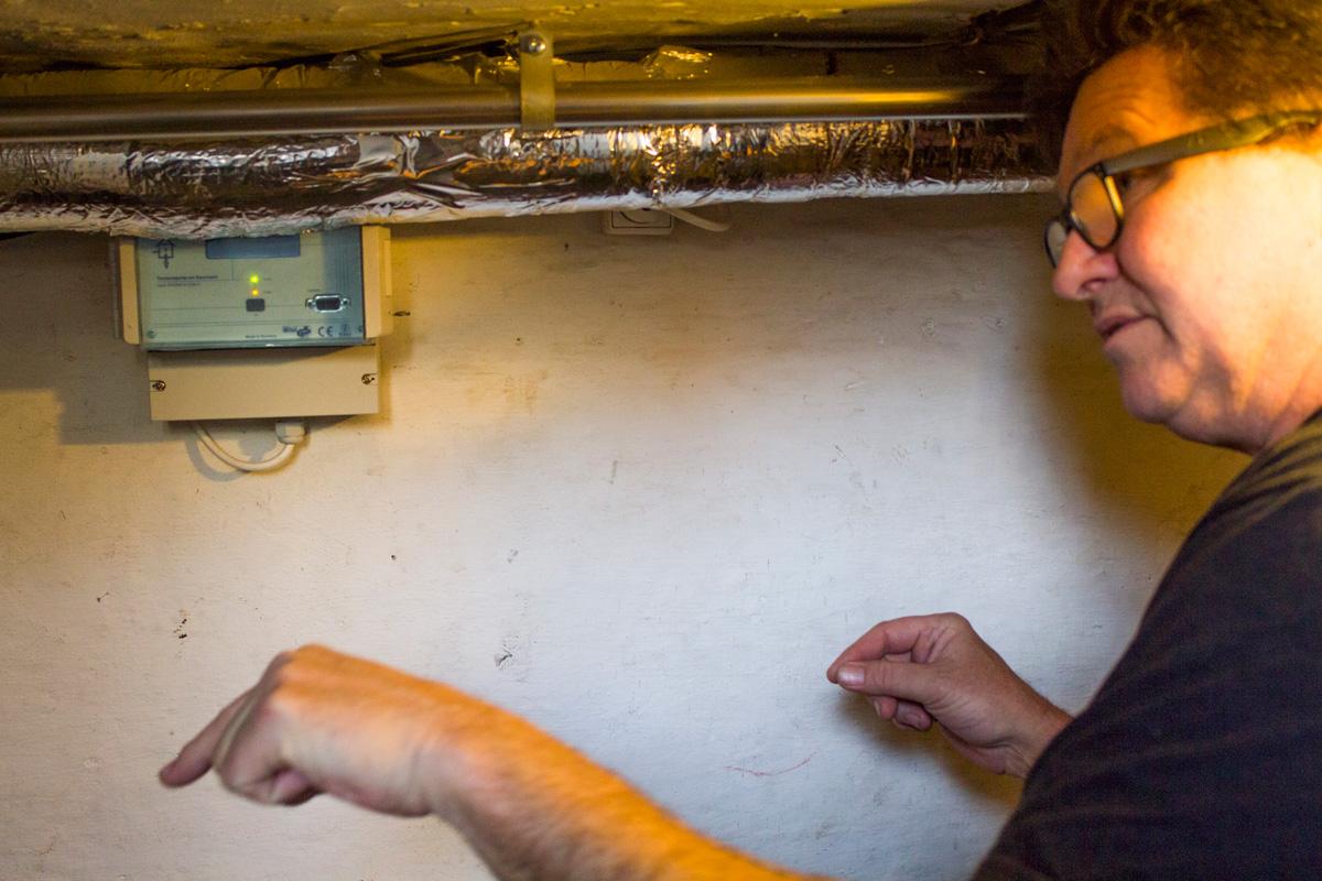 Med en særlig teknik fra danske Drytech fjernes fugt fra kælderen.