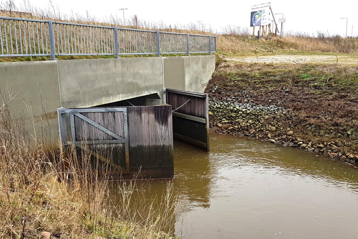 Sluseportene skulle holde vandet ude, men da de ikke kan lukke, gør de ikke meget gavn.
