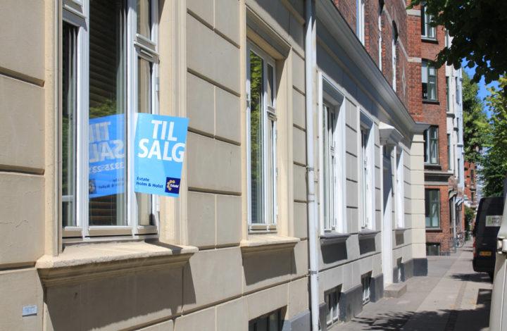 Til salg skilt i vinduet